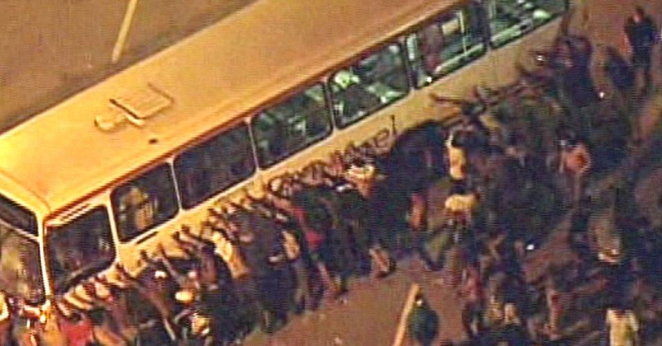 19.jun.2013 - Manifestantes balançam ônibus durante protesto contra o aumento da passagem no transporte coletivo em Niterói. A Prefeitura anunciou em nota, nesta quarta-feira, que