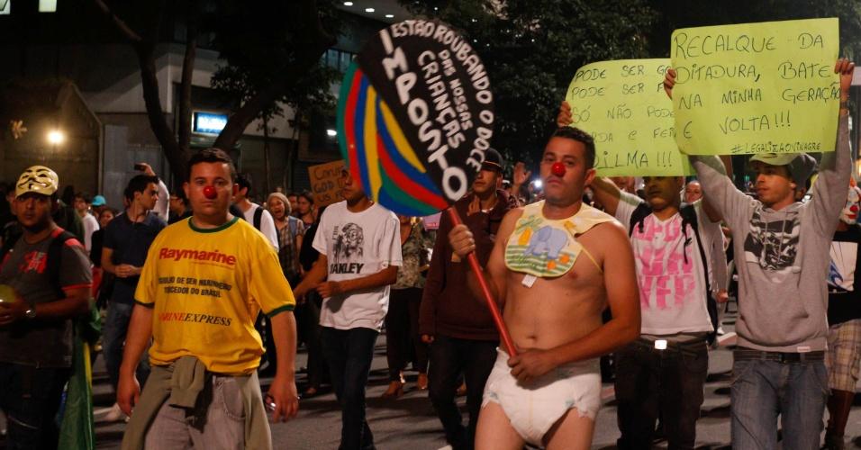 19.jun.2013 - Manifestantes comemoram redução da tarifa do transporte público durante protesto na avenida Paulista, em São Paulo (SP), na noite desta quarta-feira. A marcha começou na Consolação e segue para o Masp (Museu de Arte Moderna de São Paulo), localizado no avenida Paulista