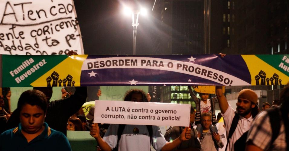 19.jun.2013 - Manifestantes comemoram redução da tarifa do transporte público durante protesto na avenida Paulista, em São Paulo (SP), na noite desta quarta-feira. A marcha começou na Consolação e segue para o Masp (Museu de Arte Moderna de São Paulo), localizado na avenida Paulista