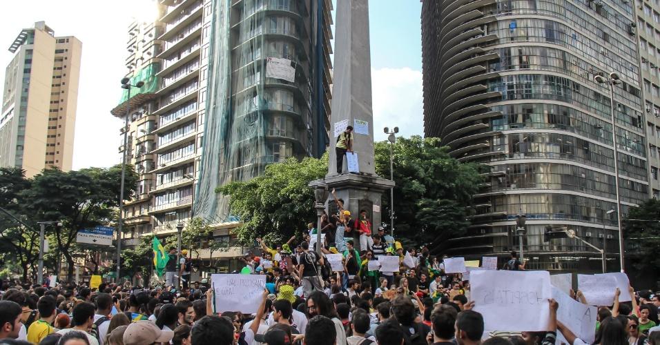 19.jun.2013 - Manifestantes se reúnem em torno da Praça Sete de Setembro e pedem que protesto ocorra de maneira pacífica