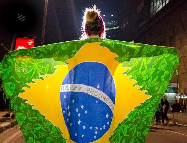 19.jun.2013 - Mardem Reifison Pereira Mesquita registrou o momento em que uma moça se vestiu com a bandeira do Brasil , na Avenida Paulista para comemorar a revogação do aumento da tarifa do transporte público em São Paulo