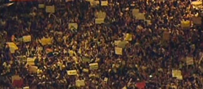 19.jun.2013 - Multidão de pelo menos 5.000 pessoas protestam em Niterói na tarde desta quarta-feira contra o preço da passagem do transporte coletivo, entre outras reivindicações