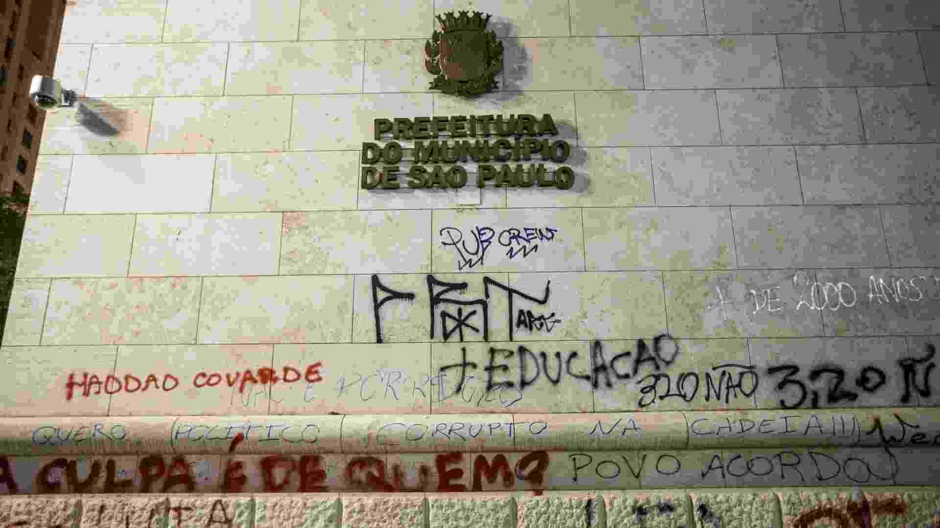 19.jun.2013 - Prefeitura de São Paulo amanhece pichada e com portas de vidro destruídas nesta quarta-feira (19) após depredação por grupo de manifestantes que participavam do sexto protesto contra a tarifa de ônibus - Eduardo Anizelli/Folhapress