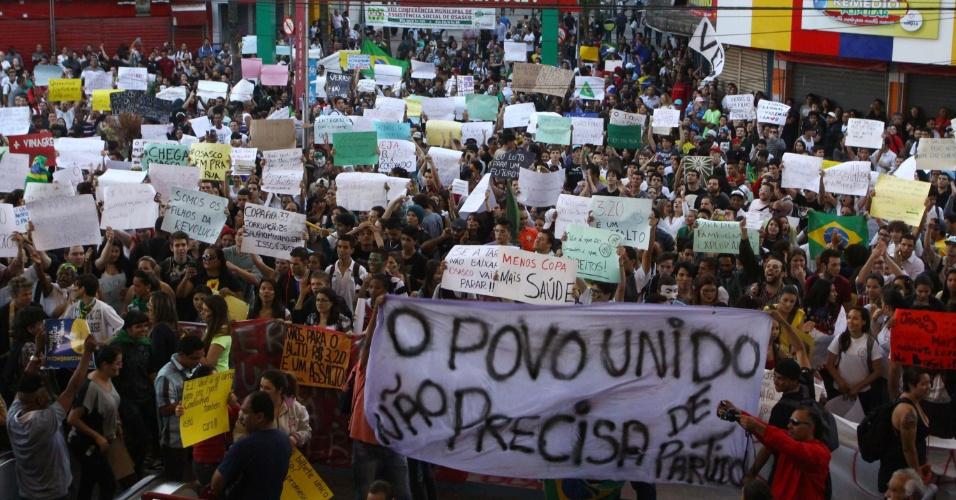 19.jun.2013 - Protesto contra o alto preço das passagens de ônibus toma ruas da cidade de Osasco, na Grande São Paulo, nesta quarta-feira