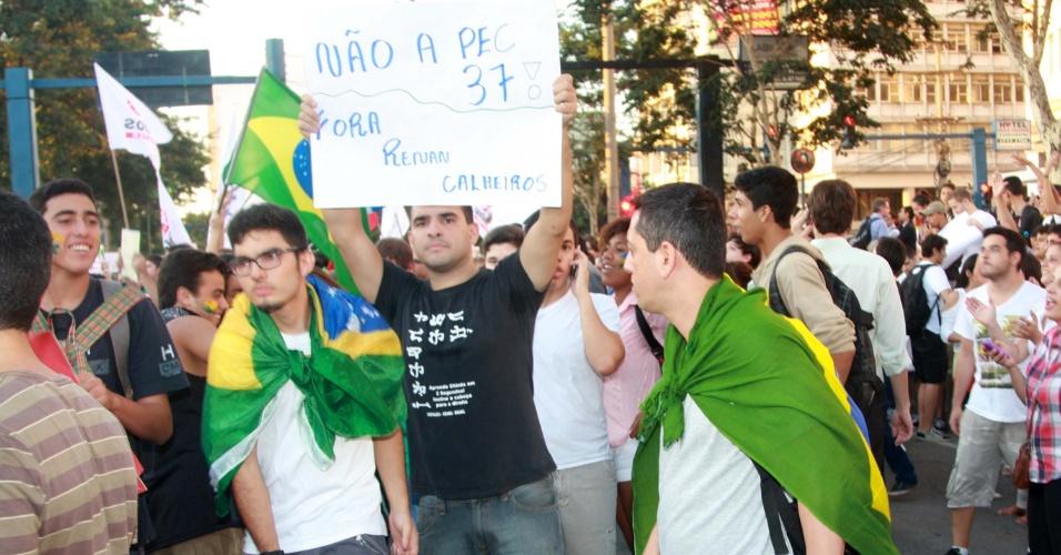 19.jun.2013 - Protesto contra o aumento da passagem de ônibus em Niterói (RJ), nesta quarta-feira, reúne pelo menos 5.000. Jovens entraram na avenida Ernani Amaral Peixoto, que foi fechada para o trânsito, carregando cartazes e bandeiras do Brasil