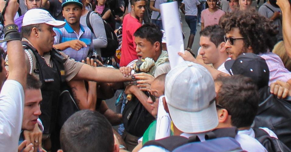 19.jun.2013 - Protesto que reúne 5.000 pessoas em Belo Horizonte (MG) tem confronto entre manifestantes e a polícia. Pelo terceiro dia seguido, integrantes de movimentos sociais e estudantes saem às ruas para protestar contra o aumento das passagens, a corrupção e o serviço público oferecido à população