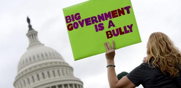 Simpatizantes do movimento direitista norte-americano Tea Party protestam em frente ao Capitólio