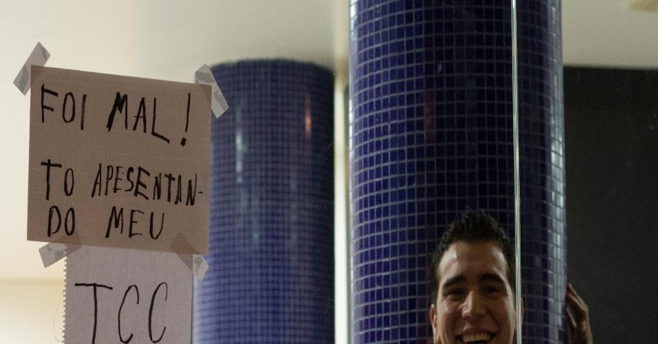 19.jun.2013 - Vitor Nobrega Feitosa registrou o pedido de desculpas de um estudante que não pôde participar dos protestos na cidade de São Paulo, na terça-feira (18), porque fazia a apresentação de trabalho de conclusão de curso na faculdade