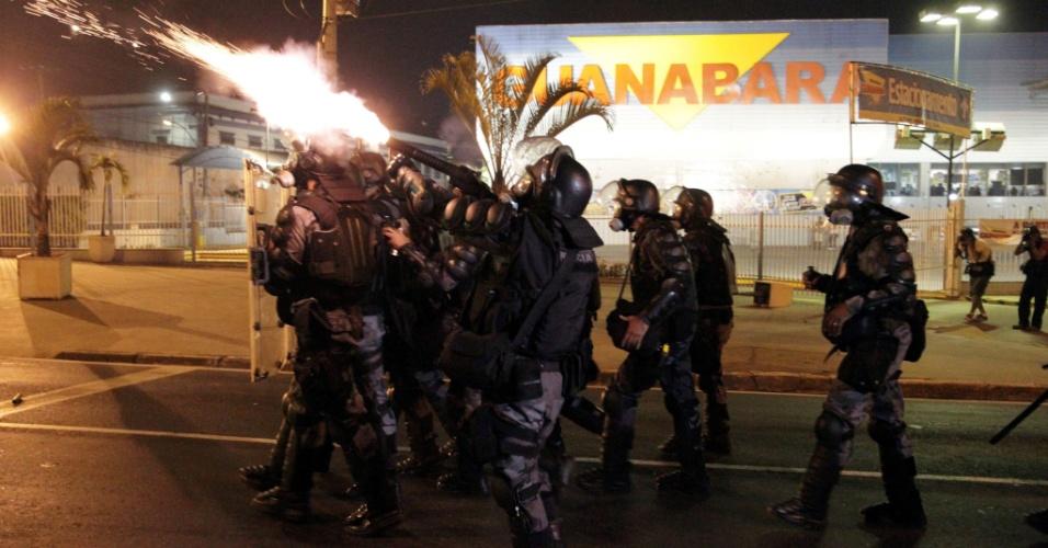 19.jun.2013 -Polícia usa bombas de gás lacrimogêneo para conter manifestantes no centro de Niterói na noite desta quarta-feira