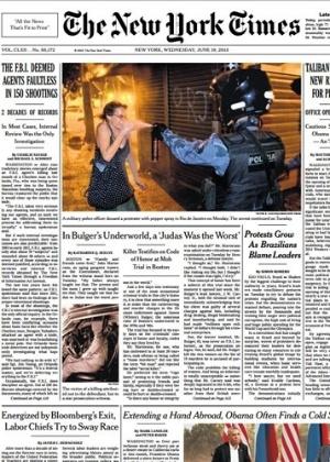 """O jornal americano """"The New York Times"""" trouxe na capa a foto de um policial espirrando spray de pimenta no rosto de uma mulher no Rio"""