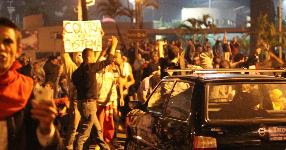 19.jun.2013 - Manifestantes entram em confronto com a polícia durante protesto no Paço Municipal de São Bernardo do Campo (SP), na noite desta quarta-feira (19). Os manifestantes interditaram as principais vias na região