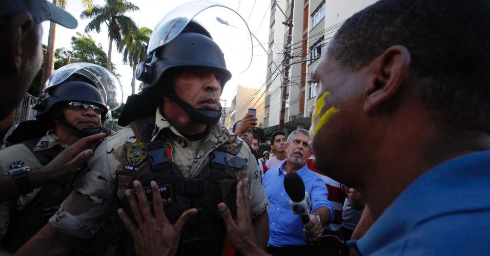 20.jun.2012 - Manifestante tenta conter ação policial durante protesto em Salvador (BA) nesta quinta-feira