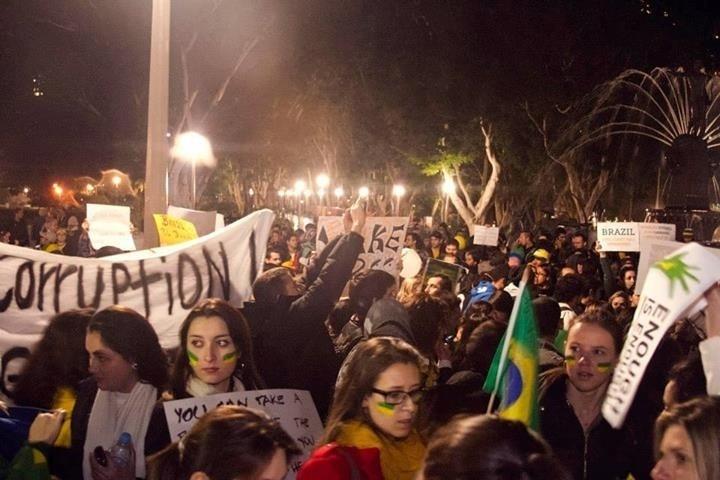 20.jun.2013 - A internauta Luciana Cajazeira enviou fotos do protesto realizado na terça-feira (18), em Sydney, na Austrália. Segundo ela, havia cerca de mil pessoas no Hyde Park, parque localizado na região central de Sydney. Luciana conta que mora na cidade há seis anos e que esse foi o único evento em que viu os brasileiros reunidos por um objetivo em comum
