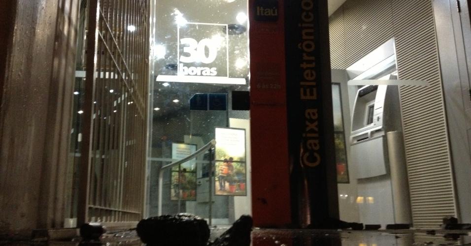 20.jun.2013 - Agência bancária é depredada durante manifestação em Porto Alegre (RS) na noite desta quinta-feira