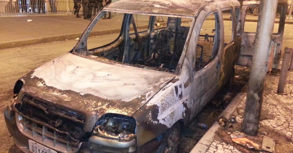 20.jun.2013 - Carcaça de carro da emissora de TV SBT que foi incendiado durante protesto é fotografado em frente à estação Praça Onze do metrô