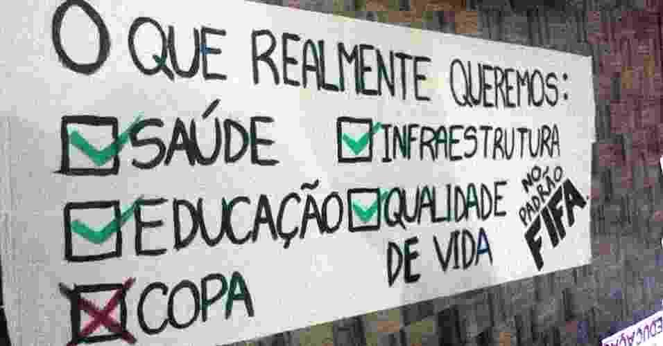 20.jun.2013 - Cartaz divulgado no Facebook também questiona a realização da Copa do Mundo e pede investimento em saúde e educação, além de mais qualidade de vida - Reprodução/Facebook
