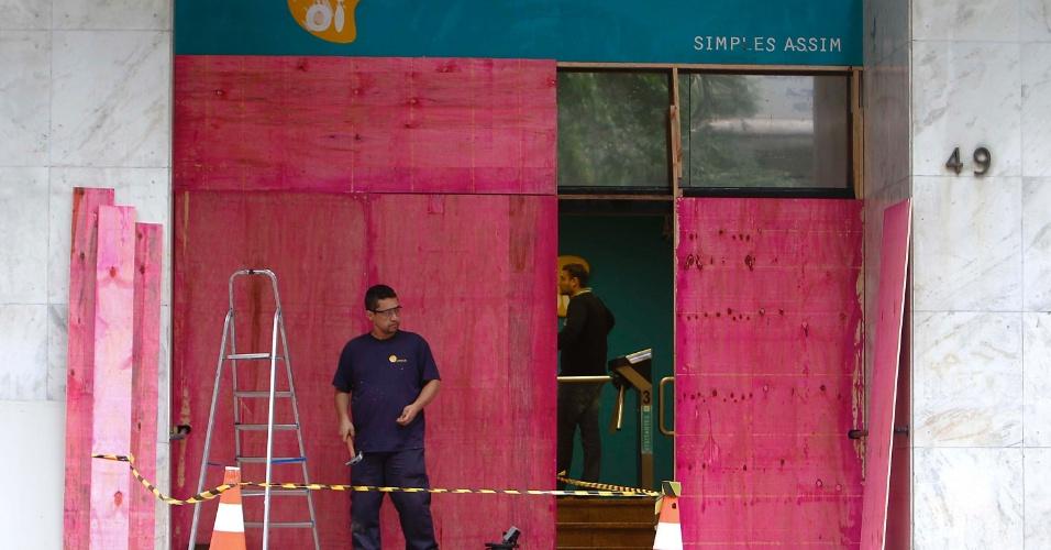 20.jun.2013 - Comerciantes do centro de Porto Alegre fecham seus estabelecimentos para se prevenirem contra possíveis atos de vandalismo durante manifesto na cidade, marcada para a noite desta quinta-feira (20)