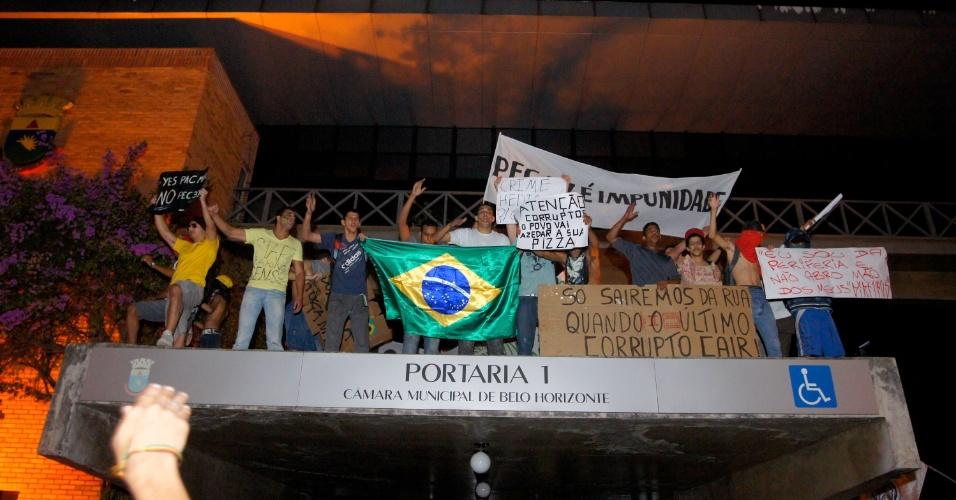 20.jun.2013 - Em Belo Horizonte, cerca 15 mil pessoas ocupam o centro da cidade, segundo a Polícia Militar. Um grupo chegou a subir no parapeito do prédio da Câmara Municipal. Não houve registro de vandalismo