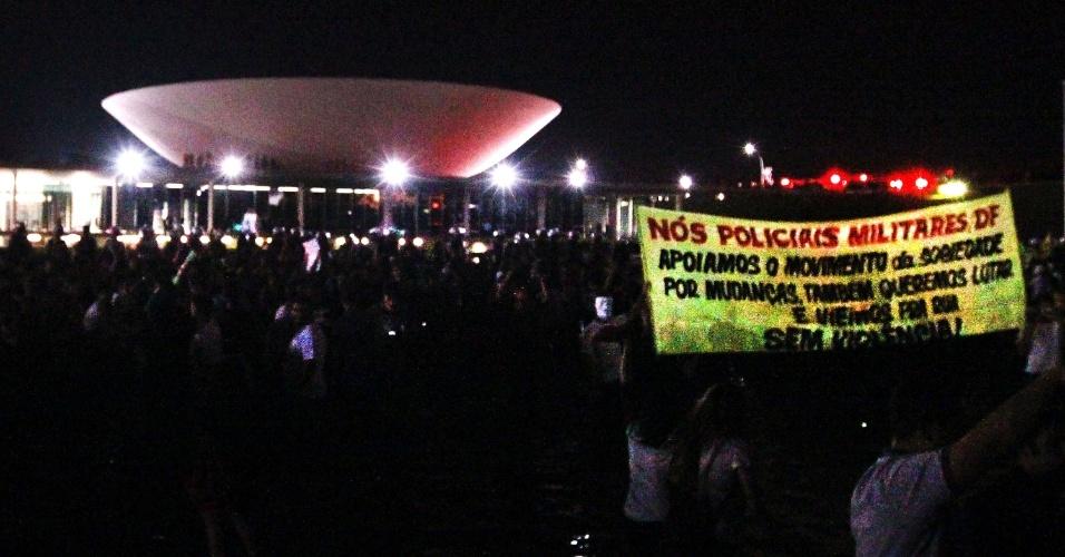 20.jun.2013 - Em Brasília, faixa fala do apoio dos policiais militares às manifestações, durante protesto próximo ao Congresso Nacional