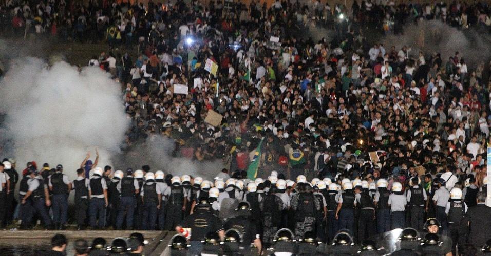 20.jun.2013 - Em Brasília, polícia dispara bombas de efeito moral para dispersar manifestantes, no gramado do Congresso Nacional