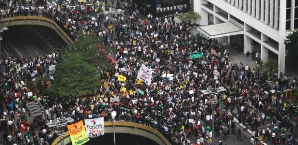 Manifestantes fecham os dois sentidos da avenida Paulista, na região central de São Paulo