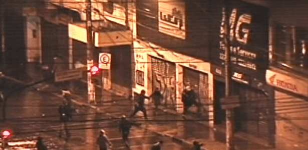 20.jun.2013 - Estabelecimentos comerciais no centro de Porto Alegre (RS) sofrem atos de vandalismo durante mais uma noite de protesto na cidade