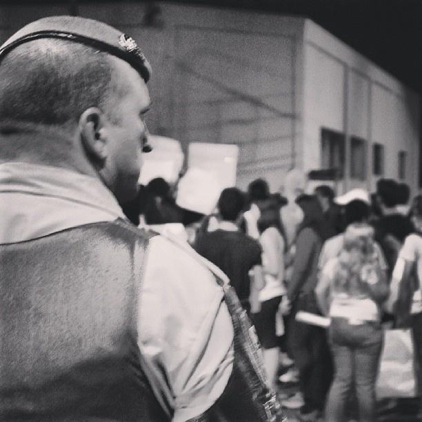 20.jun.2013 - Felipe Domingues enquadrou um policial que observava a passeata contra o aumento da tarifa do transporte público em São Paulo: