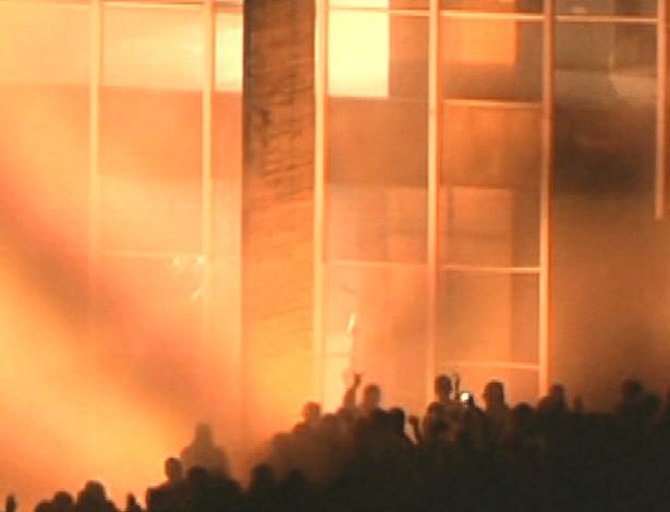 20.jun.2013 - Fogo é visto em frente a sede do Ministério das Relações Exteriores, em Brasília, durante mais uma noite de protesto na capital federal
