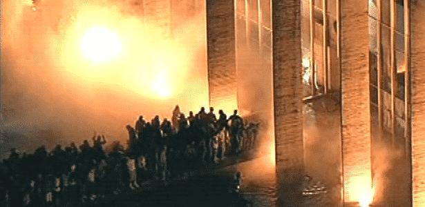 Foco de incêndio é visto em frente a sede do Ministério das Relações Exteriores, em Brasília, durante mais uma noite de protesto na capital federal - Reprodução
