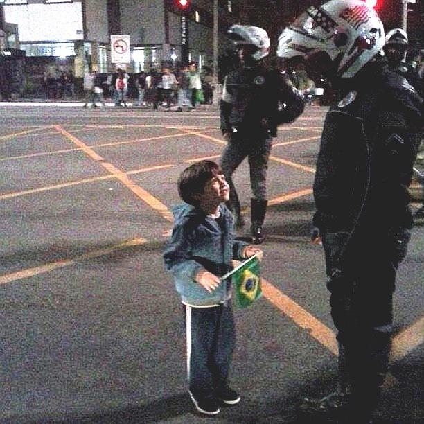 20.jun.2013 - Jonas (@jonasgalindo) clicou um garotinho diante de um policial na avenida Paulista, em São Paulo