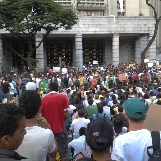 20.jun.2013 - Júlio (@_julioliveira_) mostrou a concentração dos manifestantes em frente ao prédio da Prefeitura de Belo Horizonte, em Minas Gerais