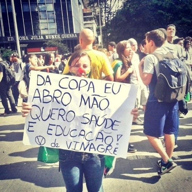 20.jun.2013 - Larissa Emanuelle (@larissaearaujo) registrou uma manifestante contrária aos altos investimentos da Copa