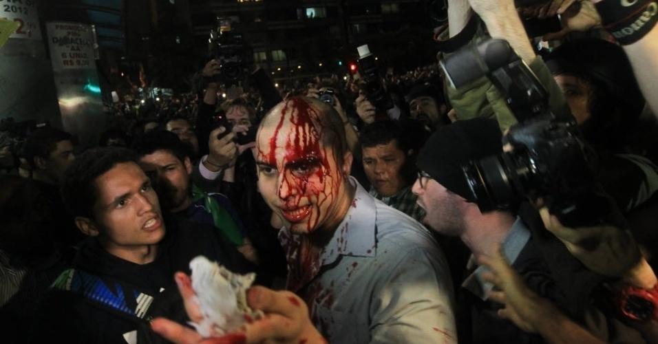 20.jun.2013 - Manifestante aparece machucado após tumulto durante protesto na avenida Paulista, região central de São Paulo, na noite desta quinta-feira (20)