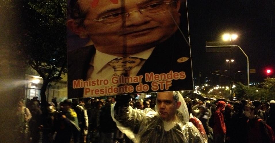 20.jun.2013 - Manifestante carrega cartaz com crítica ao ministro do STF (Supremo Tribunal Federal) Gilmar Mendes durante protesto em Porto Alegre (RS)
