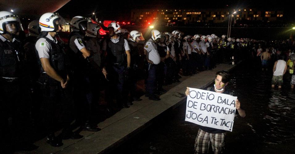 """20.jun.2013 - Manifestante do movimento intitulado """"Acorda Brasília"""" protesto em frente ao Congresso Nacional, em Brasília"""