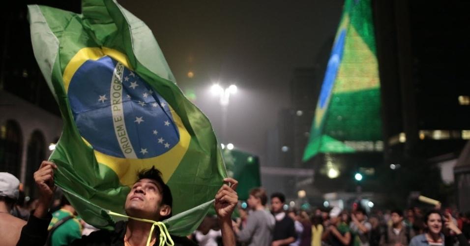 20.jun.2013 - Manifestante protesta na avenida Paulista, em São Paulo. O ato foi  mantido mesmo após a redução das passagens de ônibus, metrô e trem na capital paulista, anunciada na quarta-feira (19)