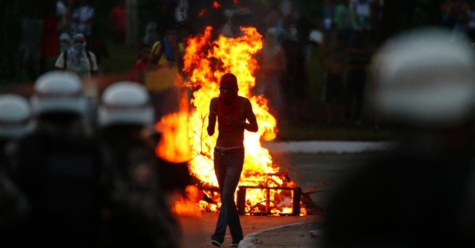 20.jun.2013 - Manifestante se posiciona próximo a uma barricada feita em frente a Tropa de Choque nas imediações da Arena Fonte Nova, em Salvador. Em apoio às manifestações que ocorrem paralelamente em diversas cidades do Brasil, os manifestantes protestam contra a precariedade dos serviços públicos e contra a corrupção no país