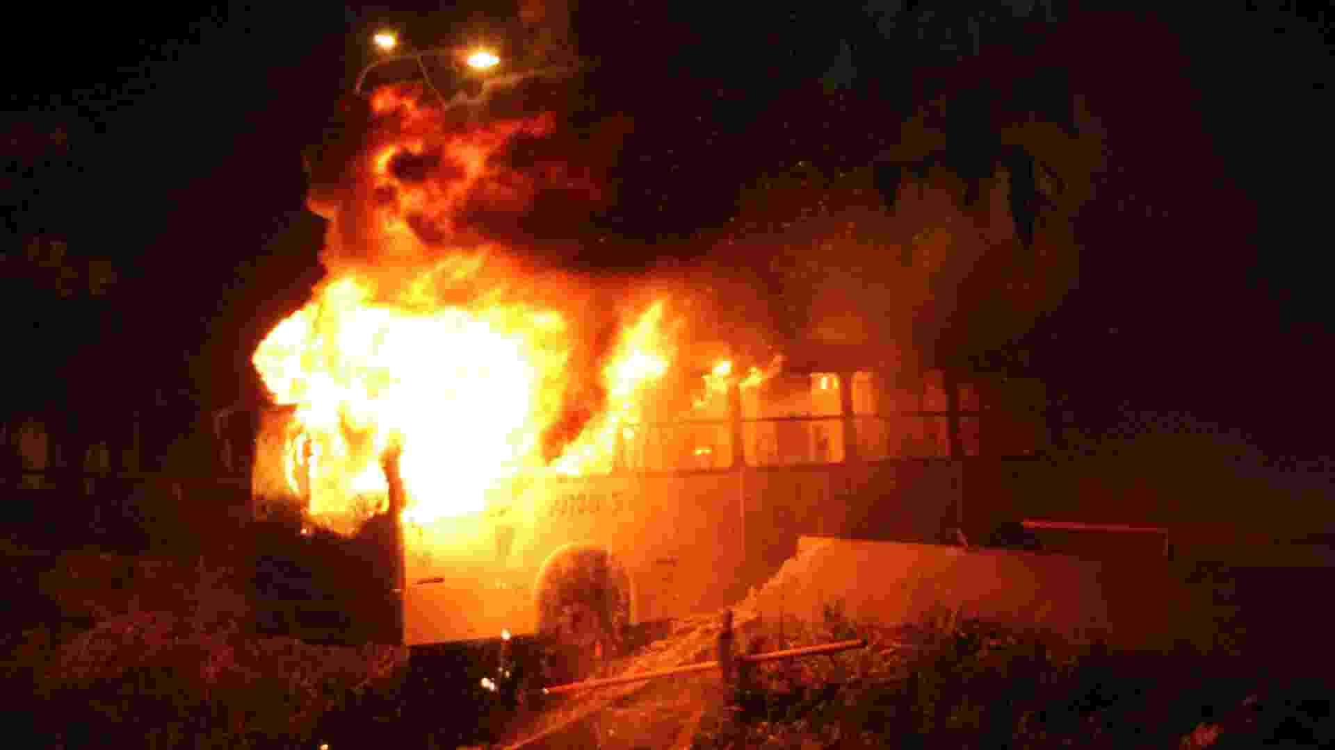 20.jun.2013 - Manifestantes ateiam fogo em ônibus na avenida Brasil, em Manaus (AM). Cerca de 60 mil manifestantes foram às ruas do centro da cidade rumo à Arena da Amazônia, segundo a Polícia Militar - Marinho Ramos/Semcom