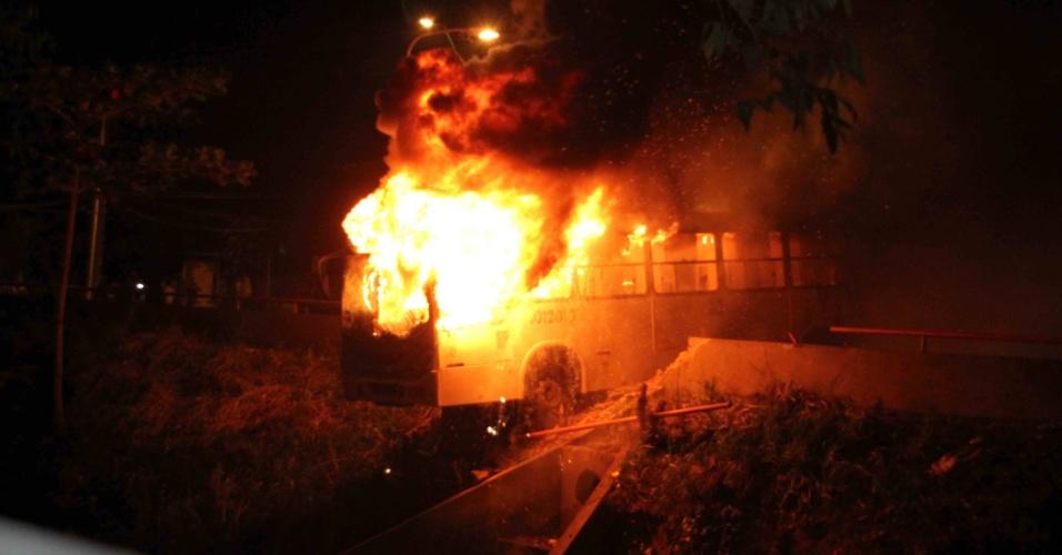 20.jun.2013 - Manifestantes ateiam fogo em ônibus na avenida Brasil, em Manaus (AM). Cerca de 60 mil manifestantes foram às ruas do centro da cidade rumo à Arena da Amazônia, segundo a Polícia Militar