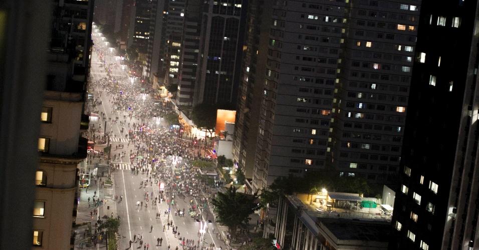 20.jun.2013 - Manifestantes avançam pela avenida Paulista, na região central de São Paulo, após fecharem os dois sentidos da via durante protesto nesta quinta-feira (20), mantido mesmo após a redução das passagens de ônibus, metrô e trem na capital paulista, anunciada ontem