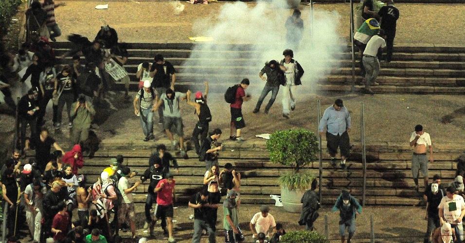 20.jun.2013 - Manifestantes correm para evitar contato com bombas de gás lacrimogêneo em frente a Prefeitura de Campinas durante protesto contra o aumento do valor das passagens de ônibus, trens e metrô, e comemoração pela redução promovida pelo governo