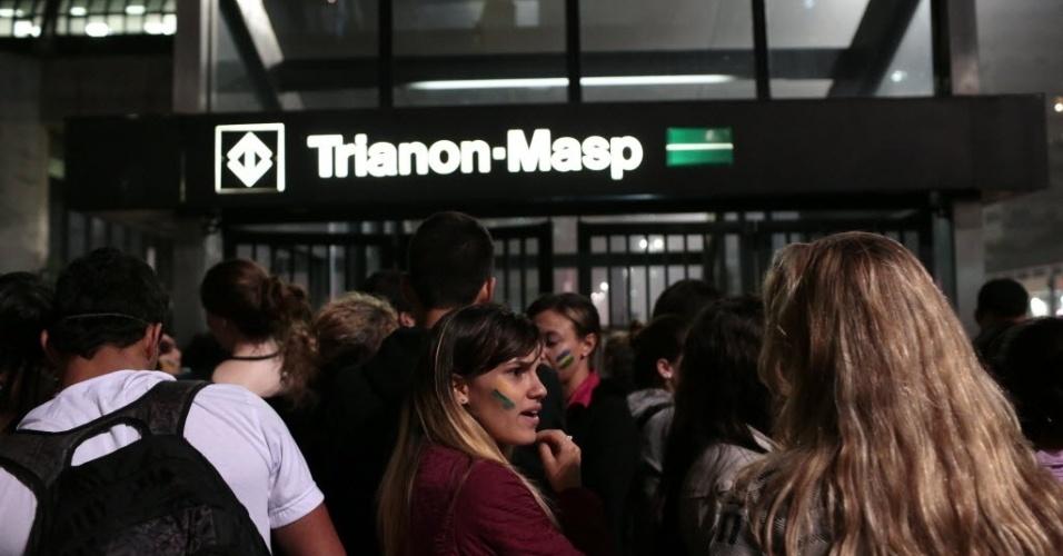 20.jun.2013 - Manifestantes deixam a avenida Paulista e seguem para o metrô Trianon-Masp, em São Paulo, após participarem de passeata