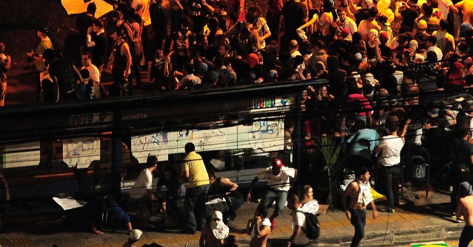 20.jun.2013 - Manifestantes e policiais entram em confronto durante protesto em Campinas, após um grupo tentar apedrejar a sede da prefeitura
