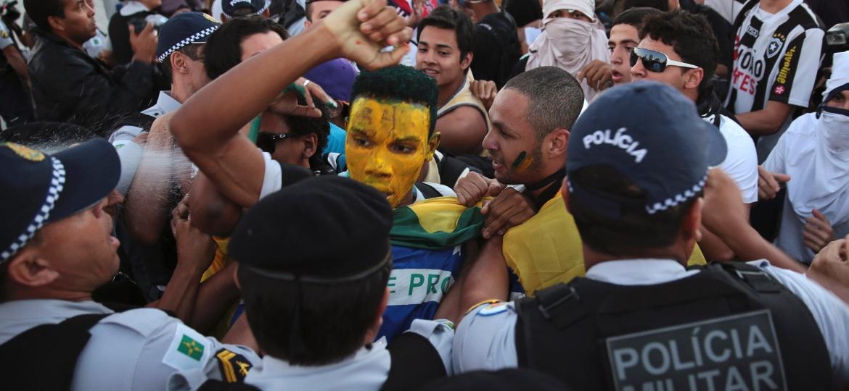 20.jun.2013 - Manifestantes em confronto com PMs durante protesto contra a Copa das Confederações, no Congresso Nacional, em Brasília - Ueslei Marcelino/Reuters