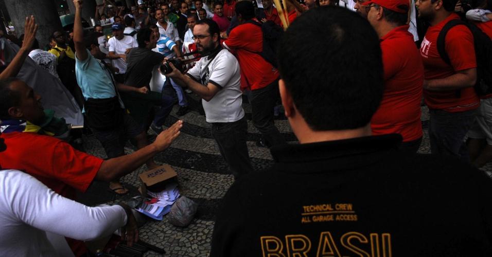 20.jun.2013 - Manifestantes entram em confronto com militantes da CUT (Central Única dos Trabalhadores) durante protesto no centro do Rio de Janeiro. Cerca de 20 militantes foram expulsos da concentração