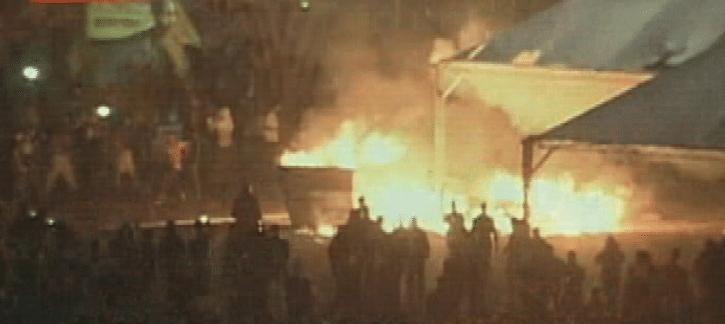 20.jun.2013 - Manifestantes fazem fogueiras durante protesto na Esplanada dos Ministérios, em Brasília, na noite desta quinta-feira