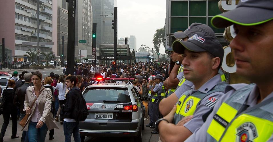 20.jun.2013 - Manifestantes fecham os dois sentidos da avenida Paulista, na região central de São Paulo, no início da concentração para um protesto nesta quinta-feira (20), mantido mesmo após a redução das passagens de ônibus, metrô e trem na capital paulista, anunciada ontem
