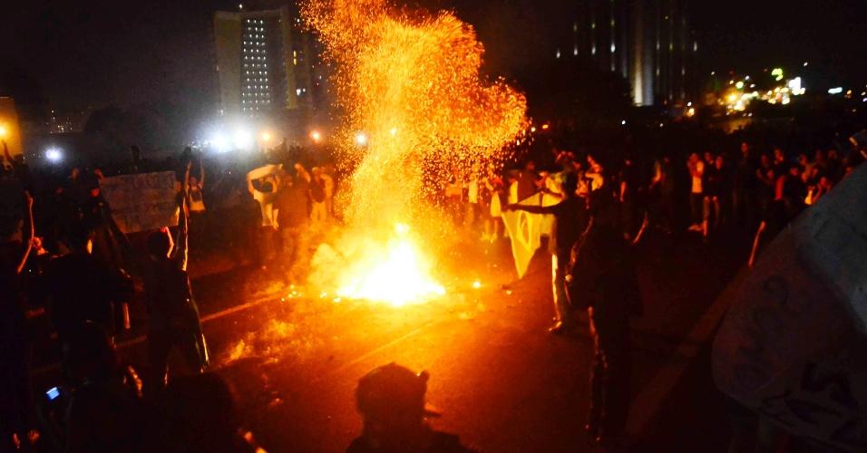 20.jun.2013 - Manifestantes fecharam os dois sentidos da Via Dutra, por volta das 18h15, no trecho de São José dos Campos (SP). Eles invadiram a rodovia na altura do km 149, sentaram-se no chão e depois cantaram o Hino Nacional. Em seguida marcharam pela rodovia. A lentidão chegava a seis quilômetros no sentido Rio de Janeiro e cinco no sentido São Paulo, por volta das 19h51, de acordo com a concessionária que administra a rodovia. Outra parte dos manifestantes segue para o Anel Viário na zona oeste da cidade