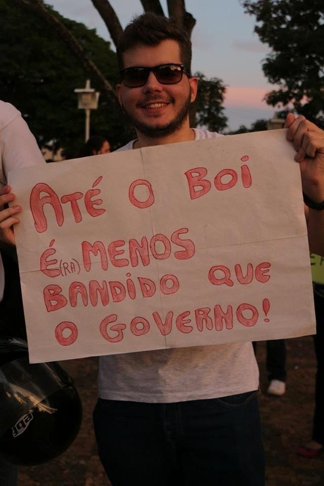 20.jun.2013 - Manifestantes fizeram uma passeata em Barretos, interior de São Paulo, para protestar contra o governo na quarta-feira (19). O internauta Marco A. Moraes registrou o ato