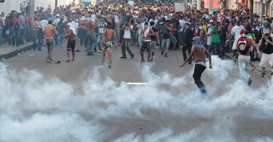 20.jun.2013 - Manifestantes fogem das bombas de gás lacrimogêneo jogadas pela polícia durante manifestação em Salvador (BA)